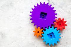 Красочные шестерни для идеальной команды работают модель-макет взгляд сверху предпосылки таблицы технологии каменный Стоковые Изображения RF