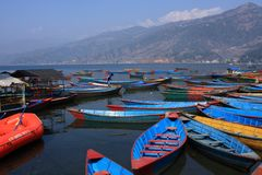 Красочные шлюпки на озере Phewa, Pokhara, Непале Стоковое Изображение