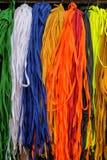 Красочные шнурки на стойле рынка иллюстрация штока