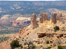 Красочные шпили сидят грандиозно над покрашенной пустыней Стоковое Фото