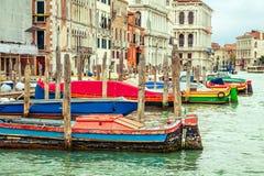 Красочные шлюпки в Венеции, Италии Стоковые Фотографии RF