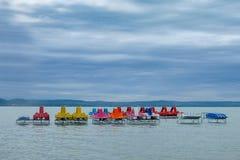 Красочные шлюпки затвора на сезоне лета озера Balaton ждать стоковые фото