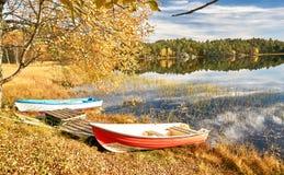 Красочные шлюпки на норвежском озере Стоковые Изображения RF