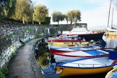 Красочные шлюпки, поставленные на якорь к пристани на озере Garda Стоковое Фото