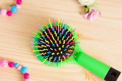 Красочные щетки с ручкой, яркие шарики гребня гребня волос на wo Стоковое Изображение RF