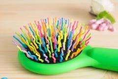 Красочные щетки с ручкой, яркие шарики гребня гребня волос на wo Стоковые Изображения RF
