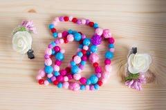 Красочные щетки с ручкой, яркие шарики гребня гребня волос на wo Стоковое Фото
