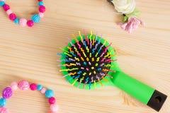 Красочные щетки с ручкой, яркие шарики гребня гребня волос на wo Стоковое фото RF