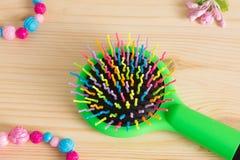 Красочные щетки с ручкой, яркие шарики гребня гребня волос на wo Стоковое Изображение