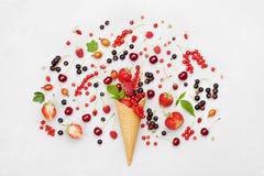 Красочные ягоды в конусе waffle на светлой предпосылке сверху Диетический и здоровый десерт Плоский дизайн положения Стоковые Фотографии RF