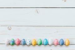 Красочные яичка пасха на белой деревянной предпосылке с космосом для tex Стоковые Фото