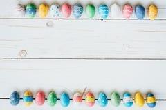 Красочные яичка пасха на белой деревянной предпосылке с космосом для tex Стоковое Фото