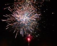 Красочные яркие золотые и красные фейерверки и дым в предпосылке ночного неба стоковая фотография rf