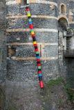 Красочные ящики на стене замка, злят (Франция) стоковое изображение