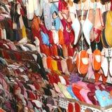 Красочные babouches в Souk, Marrakech, Марокко  стоковые изображения