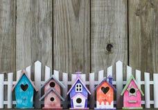 Красочные birdhouses белым частоколом Стоковое фото RF