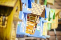 Красочные birdhouses в рынке стоковое фото rf