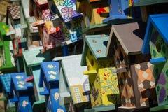 Красочные birdhouses в рынке стоковые фото