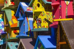 Красочные birdhouses в рынке стоковая фотография rf