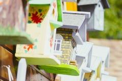 Красочные birdhouses в рынке стоковая фотография