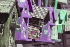 Красочные birdhouses в рынке стоковые фотографии rf