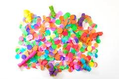 Красочные confetti и ленты с белой предпосылкой как templat стоковое изображение