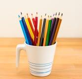 Красочные crayons в баке Стоковое Фото