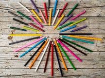 Красочные crayons карандаша и карандаши воска на деревянной предпосылке Стоковое Изображение RF