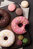 Красочные donuts и macaroons стоковые изображения rf