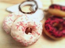 красочные donuts на белой деревенской деревянной предпосылке Стоковая Фотография RF