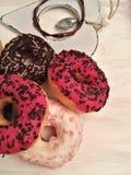 красочные donuts на белой деревенской деревянной предпосылке Стоковые Фотографии RF