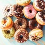 Красочные donuts на таблице Стоковое Фото