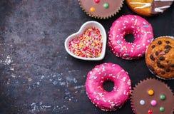 Красочные donuts на таблице grunge ржавой стоковое изображение rf