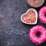 Красочные donuts на таблице grunge ржавой стоковые фото