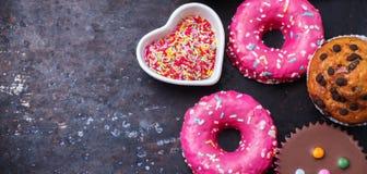 Красочные donuts на таблице grunge ржавой стоковые изображения
