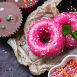 Красочные donuts на таблице grunge ржавой стоковая фотография