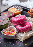 Красочные donuts на таблице grunge ржавой стоковое изображение