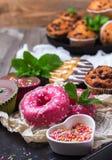 Красочные donuts на таблице grunge ржавой стоковое фото rf