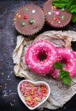 Красочные donuts на таблице grunge ржавой Стоковые Изображения RF