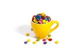 Красочные dragees в желтой чашке Стоковые Фотографии RF