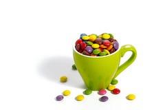 Красочные dragees в зеленой чашке Стоковые Изображения RF