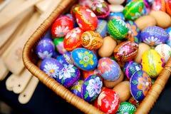 Красочные handmade деревянные пасхальные яйца продали в ежегодных традиционных ремеслах справедливо в Вильнюсе Стоковое Изображение