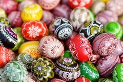 Красочные handmade деревянные пасхальные яйца продали в ежегодных традиционных ремеслах справедливо в Вильнюсе Стоковое Фото