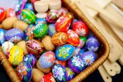 Красочные handmade деревянные пасхальные яйца продали в ежегодных традиционных ремеслах справедливо в Вильнюсе Стоковые Фотографии RF