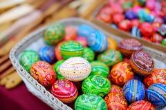 Красочные handmade деревянные пасхальные яйца продали в ежегодных традиционных ремеслах справедливо в Вильнюсе Стоковое Изображение RF