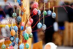 Красочные handmade деревянные пасхальные яйца продали в ежегодных традиционных ремеслах справедливо в Вильнюсе Стоковая Фотография RF