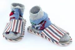 Красочные handmade носки, связанные носки шерстей и тапочки на белой предп стоковые изображения rf