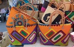 Красочные handmade сумки для продажи на местном уличном рынке Провансаль стоковое фото rf