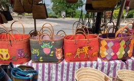 Красочные handmade сумки для продажи на местном уличном рынке Провансаль стоковое изображение