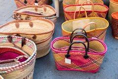Красочные handmade сумки для продажи на местном уличном рынке Провансаль стоковая фотография rf